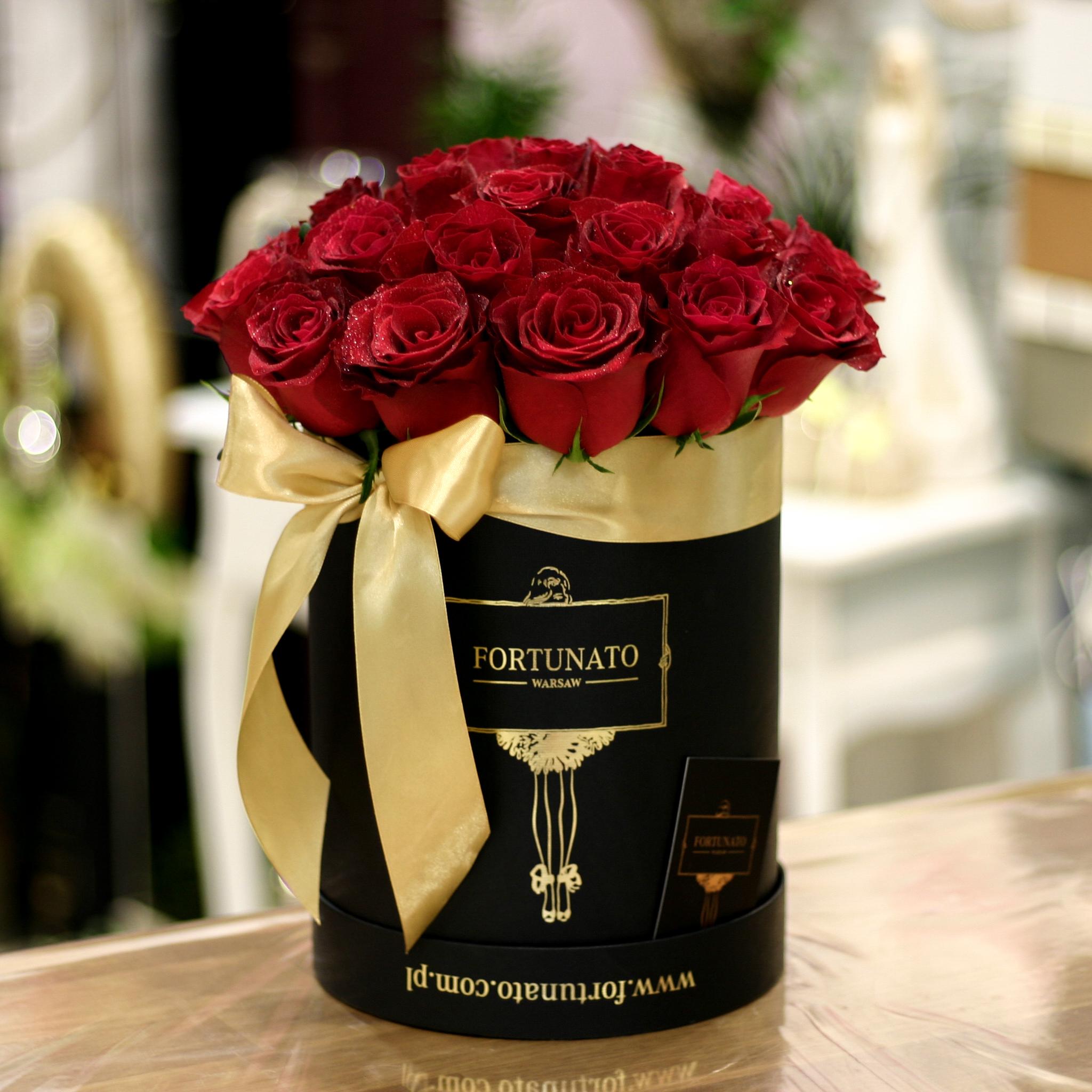 Róże W Czarnym Okrągłym średnim Boxie Fortunatowarsaw